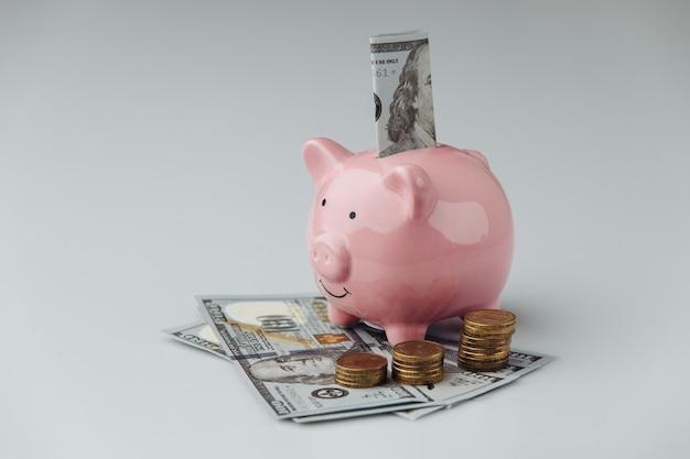 Tirelire avec billets et pièces en dollars