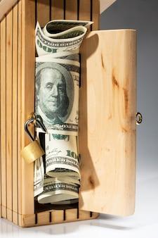 Tirelire en bois pleine d'argent