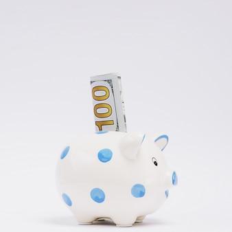 Tirelire avec cent billets de banque