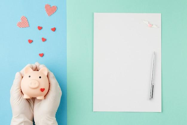 Tirelire avec le concept de charité de coeur