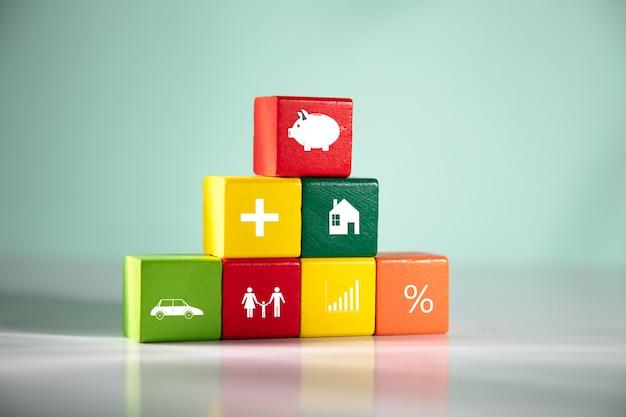 Tirelire sur le cube de couleur sur la table