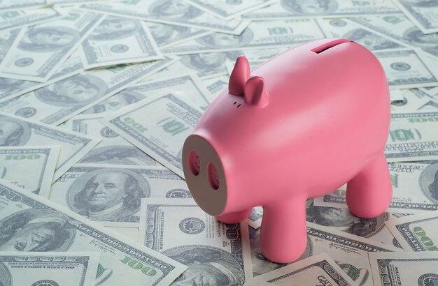 Tirelire sur fond de dollars américains.