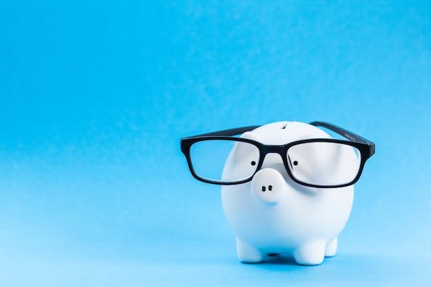 Tirelire avec des lunettes sur fond bleu