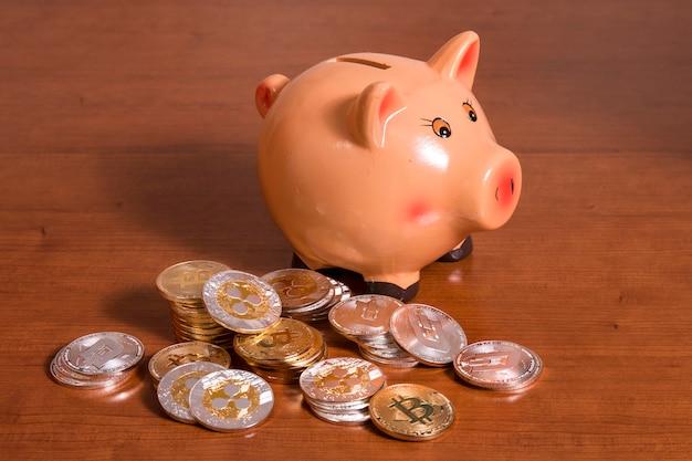 Tirelire avec plusieurs pièces de monnaie cryptées