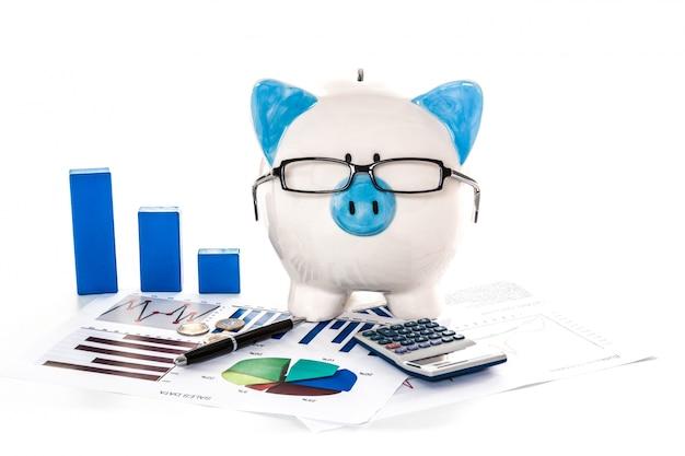 Tirelire porte des lunettes avec la paperasserie de comptabilité