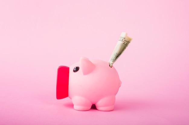 Tirelire rose avec de l'argent