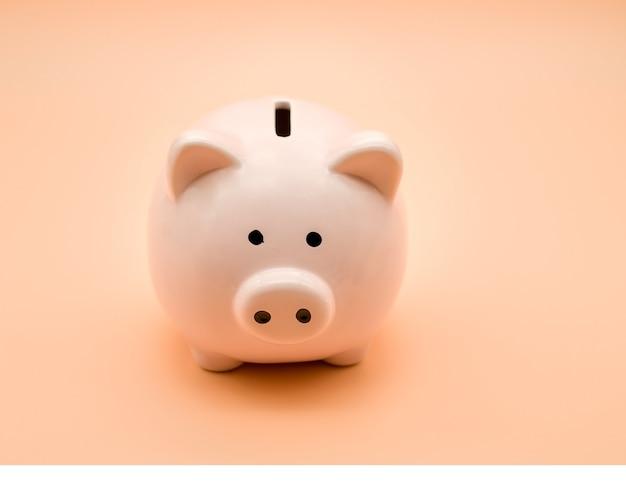 Tirelire rose sur fond beige. l'argent et les affaires.