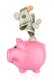 Tirelire rose avec des pièces de monnaie et des dollars américains en baisse isolés