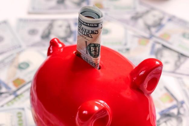 Tirelire rouge et cent dollars, nouveaux billets de banque édition 100 dollars us 2013