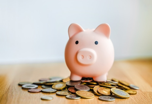 Tirelire se dresse sur des pièces le concept d'économiser de l'argent et d'économiser le budget