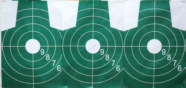 Tirer sur des cibles au champ de tir militaire