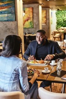 Tirer le meilleur parti du déjeuner deux collègues déjeunant au restaurant de l'entreprise se concentrent sur