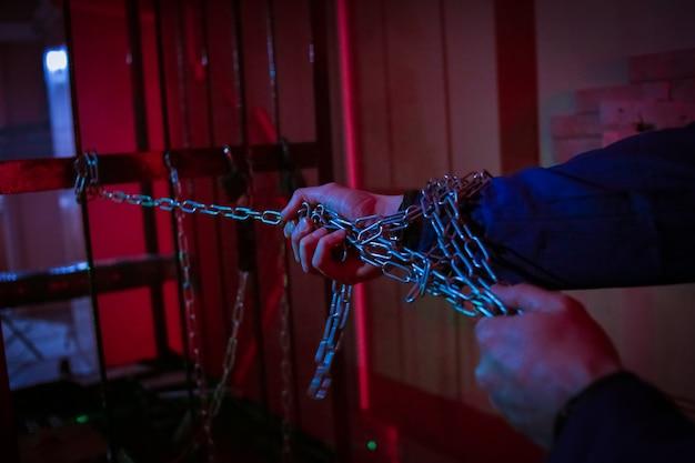 Tirez sur la chaîne de la main rouge lumière de la pièce sombre