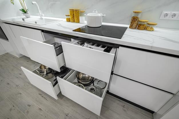 Tiroirs intérieurs de cuisine modernes blancs et noirs luxueux sortis