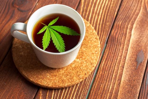 Tisane au cannabis et feuilles de marijuana