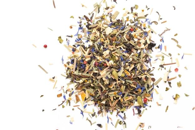 Tisane sur fond blanc. fruits et herbes, thé, curcuma, gingembre vue de dessus.