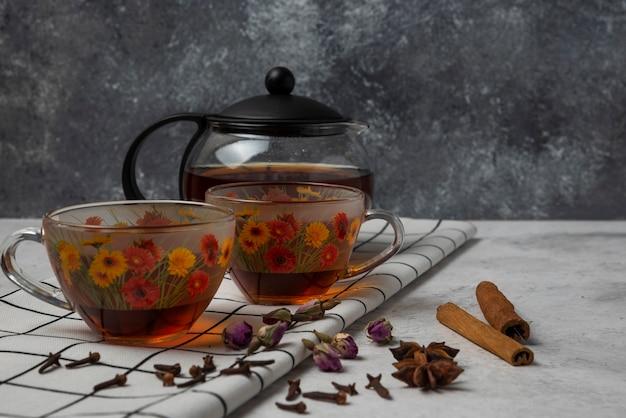Tisane d'hiver dans les tasses aux épices.