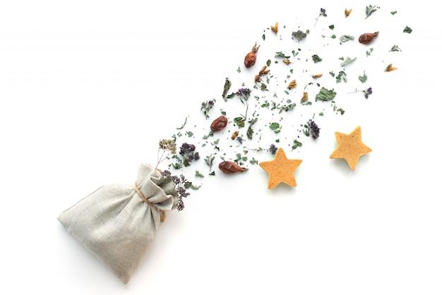 Tisane, plantes et fleurs sèches, origan et boisson vitaminée à la menthe dans un sac en lin, isoler
