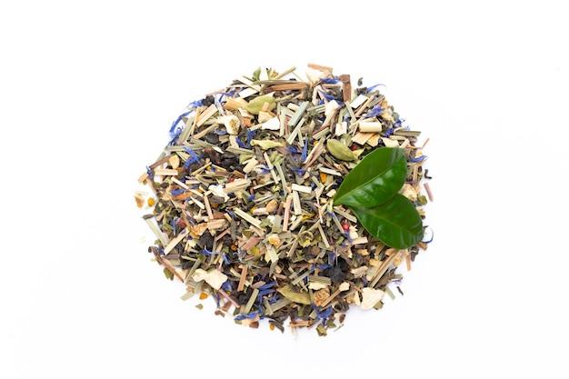 Tisane sur une surface blanche. fruits et herbes, thé, curcuma, gingembre vue de dessus.