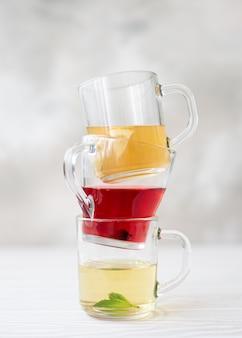 Tisane et thé d'hibiscus dans des mugs en verre