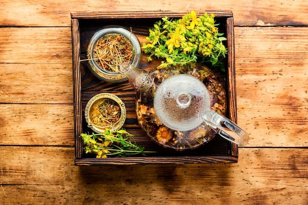 Tisane en théière. tisane. boisson aux herbes. fleurs d'hypericum. phytothérapie et homéopathie
