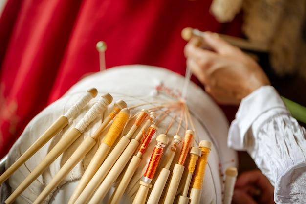 Le tissage de la dentelle sur des fuseaux est un vieux métier folklorique russe. aiguilles en dentelle pour le tissage de motifs en dentelle.