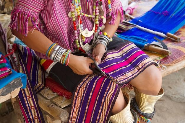 Tissage traditionnel de la thaïlande au métier à tisser
