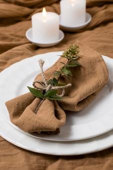 Tissu à angle élevé sur assiettes