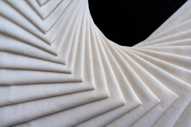 Tissu blanc plié ou empilé. fond de texture de tissu