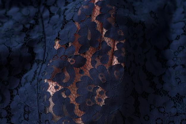 Tissu bleu marine dans une main féminine