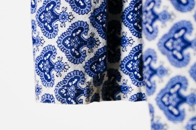 Tissu bleu avec motif de fleurs