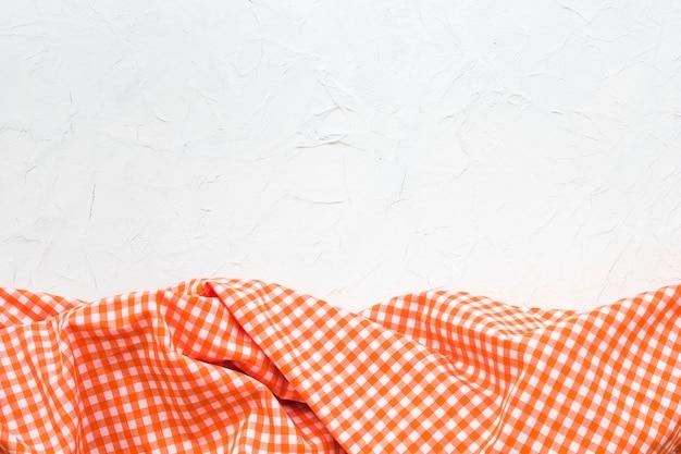 Tissu à carreaux sur fond blanc