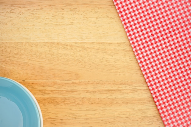 Tissu à carreaux rose classique ou nappe sur un bureau en bois avec espace de copie