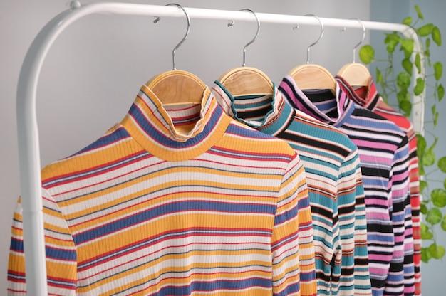 Tissu de chandail de mode des femmes sur la grille