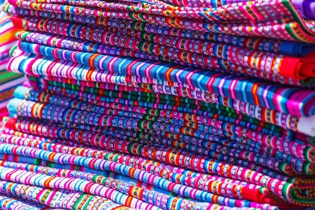 Tissu coloré authentique au pérou