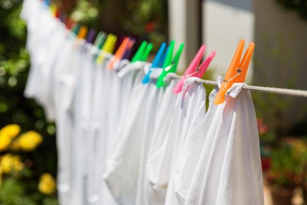 Tissu avec des épingles colorées dans la cour