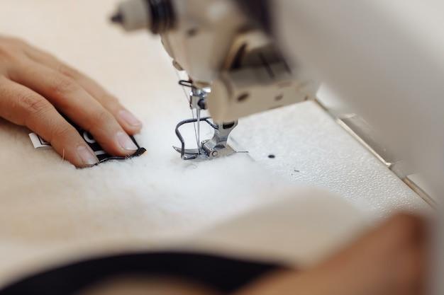 Tissu De Gribouillage De Machine à Coudre. Couture à L'usine. Photo Premium