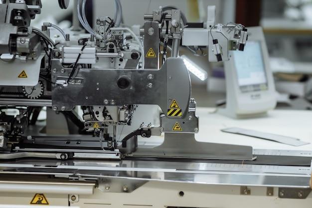 Tissu de griffonnage de machine à coudre. couture à l'usine.