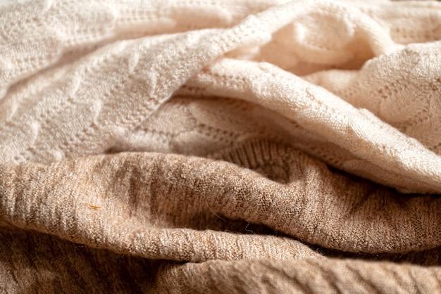 Tissu en laine beige froissé avec un motif tricoté