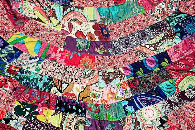 Tissu magnifique et coloré fabriqué à partir de petits morceaux