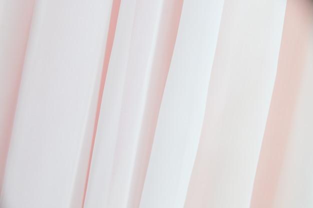 Tissu ondulé. fond de tissu satin pastel vague transparente. tissu de soie flottant au vent. tendresse et légèreté. les rideaux blancs se déplacent du vent. tulle sur fenêtre.