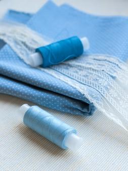 Tissu pour couture, dentelle et bobines de fil pour travaux d'aiguille