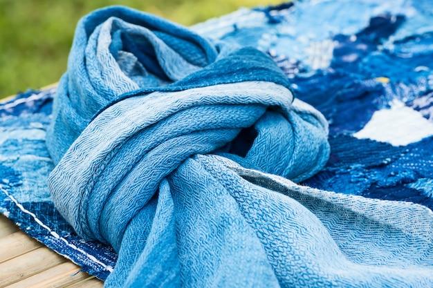 Tissu rayé bleu et blanc.