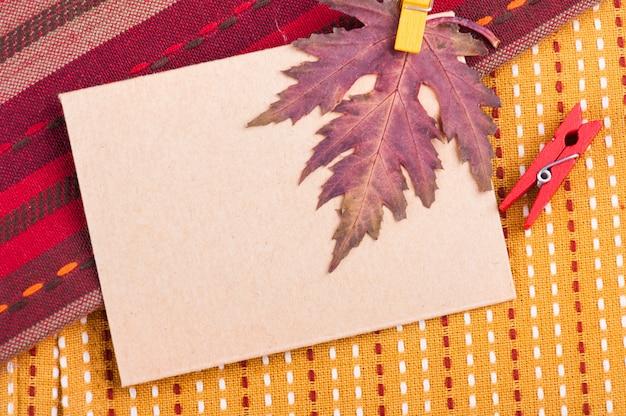 Tissu rayé jaune et rouge coloré