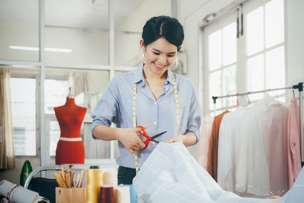 Tissu de robe de coupe sur mesure sur la ligne de croquis