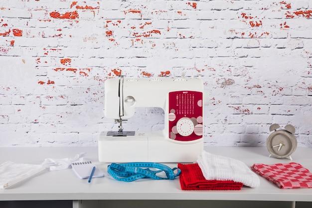 Tissu et ruban à mesurer près de la machine à coudre