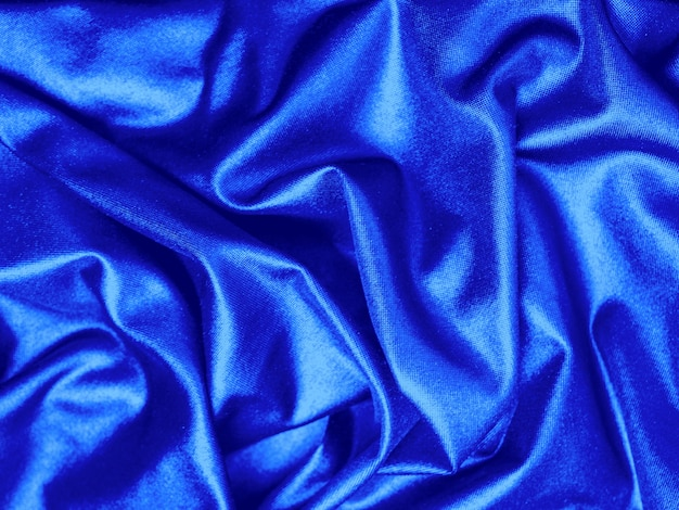 Tissu satin bleu avec de beaux plis draperie en soie