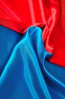 Tissu de satin bleu et rouge naturel comme texture de fond