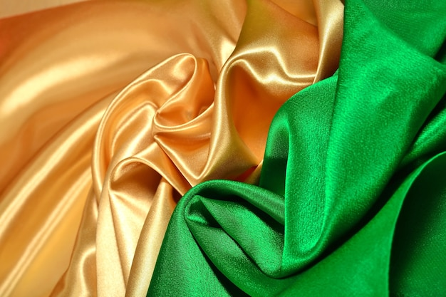 Tissu satiné naturel doré et vert comme texture de fond