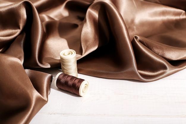 Tissu en soie marron